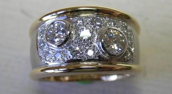 Two tone round brilliant cut diamond dress ring