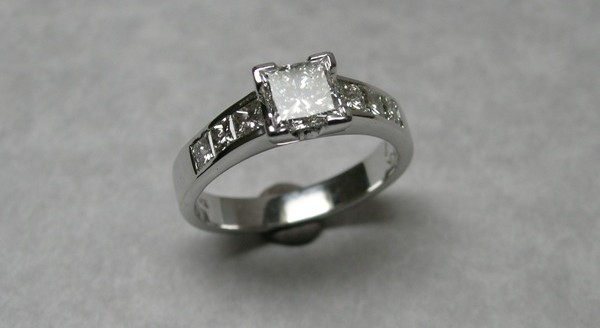 Soliataire princess cut diamond engagement ring with shoulder stones