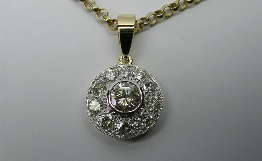 Magnificent round brilliant cut diamond ladies pendant